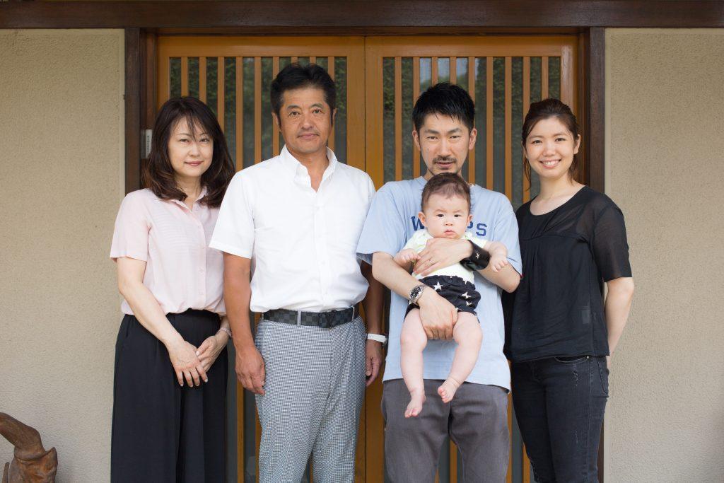 左から、小金井ゆか梨さん、康光さん、大島俊映、睦美
