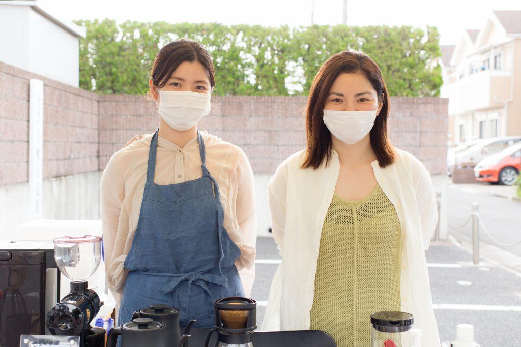 「ゼンガクジ フリー コーヒースタンド」の大島睦美さんと増田百合香さん