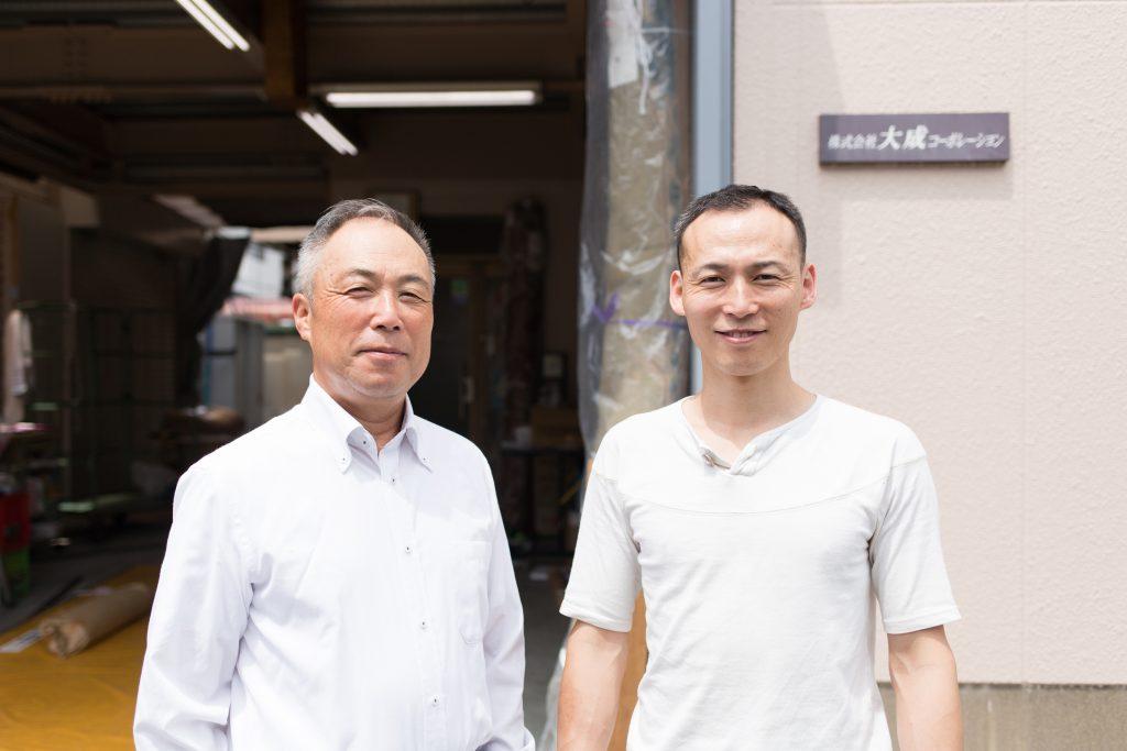 左が追分敏彰さん、右が追分脩司さん。 大成コーポレーションの前で