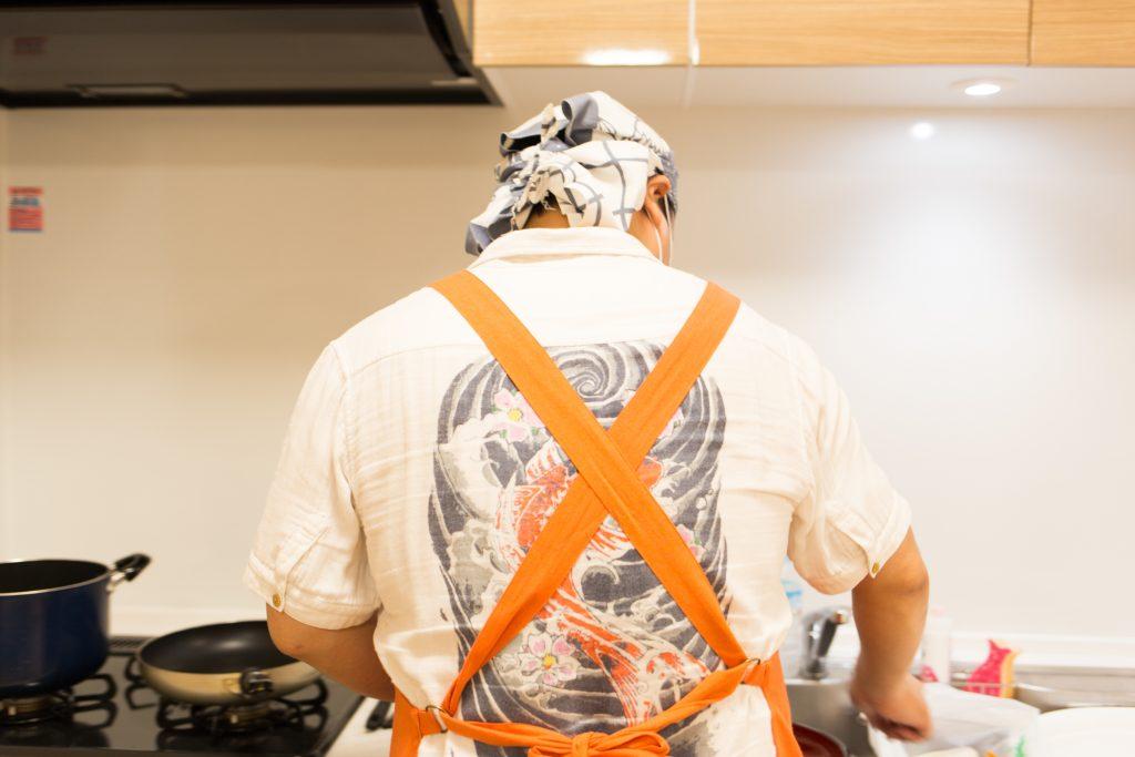 子ども食堂の料理を準備している長澤さん