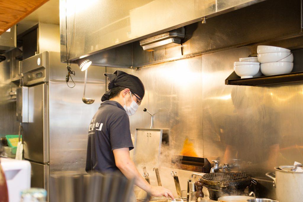 麺の湯切り直前