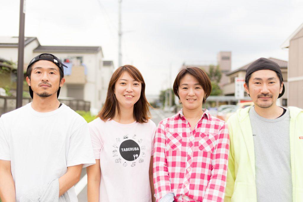 """右から2番目が「 ママとキッズのサードプレイス」プロジェクトリーダーの山本亜紀子さん、1番右が「ギリギリにぎりむすび」執筆者の大島俊映。""""にぎりむすび"""" のメンバーと"""