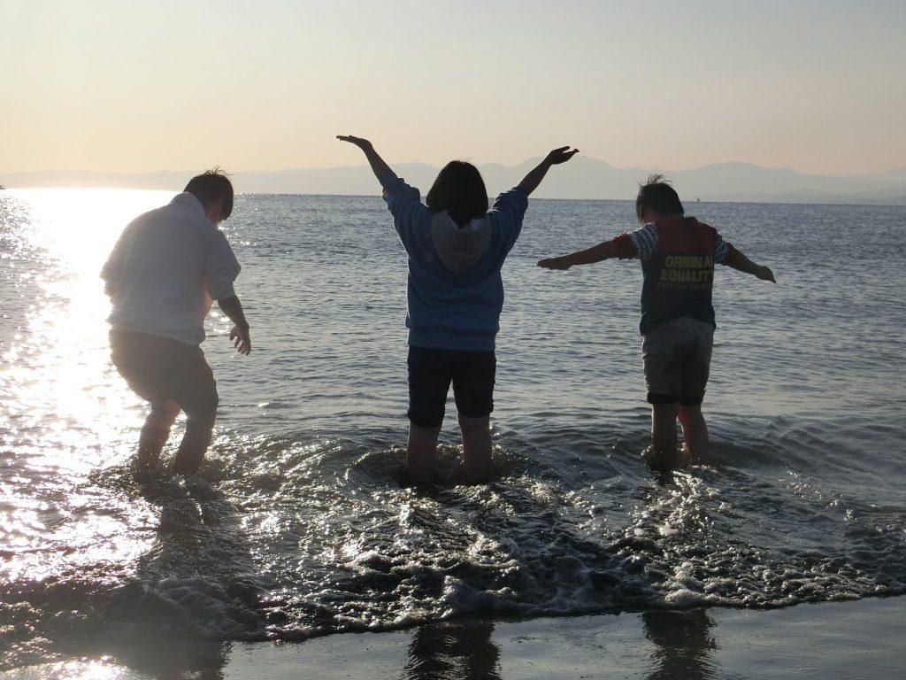 「あだち子ども食堂 たべるば」の江ノ島バスツアーでの子どもたち