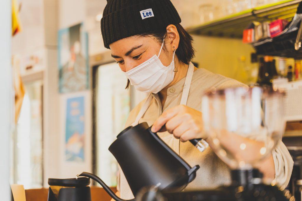 """「YUCCHI COFFEE」でお馴染みの""""ゆっち""""もバリスタとしてサポート"""