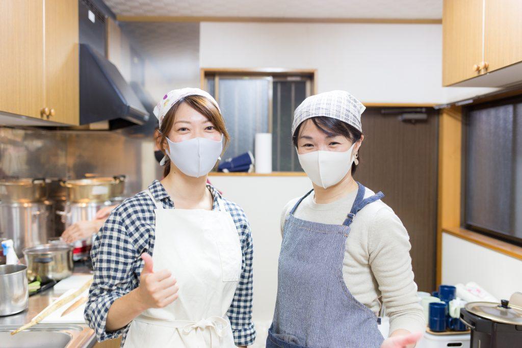 新型コロナの影響でマスクを付けるも、笑顔が零れる魚卵姉妹