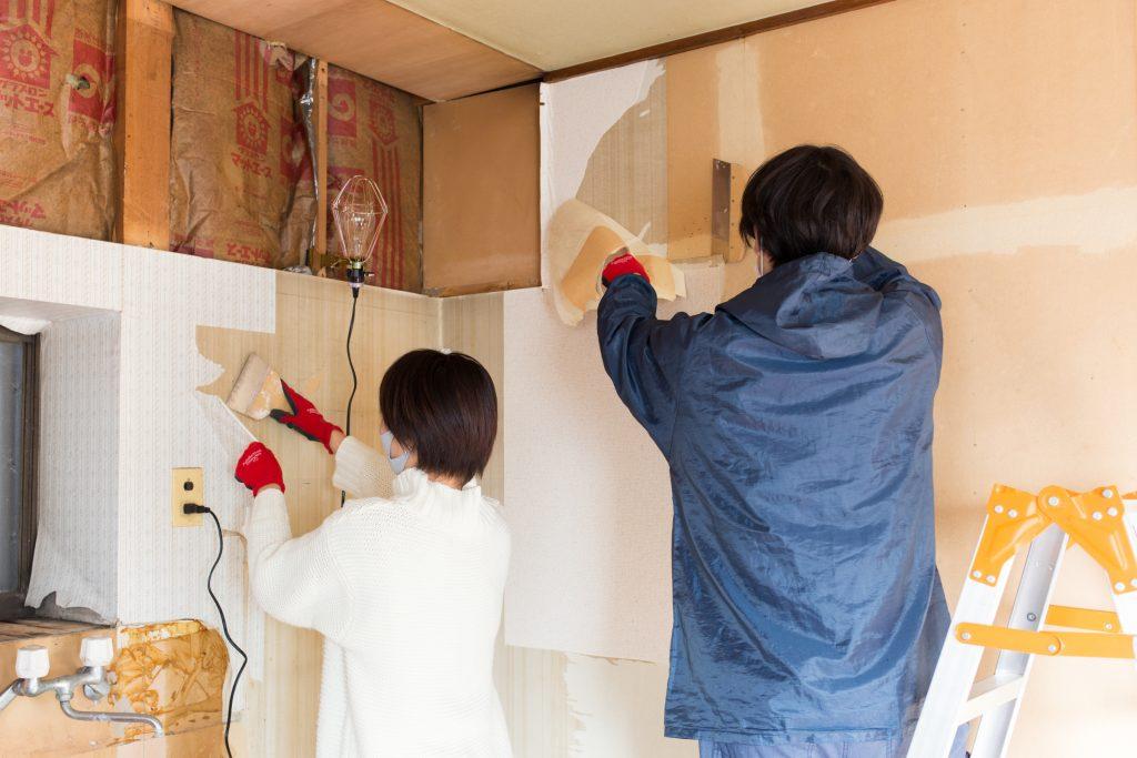 「コミュニティKoen てらまちハウス」 の壁紙を剥がす2人