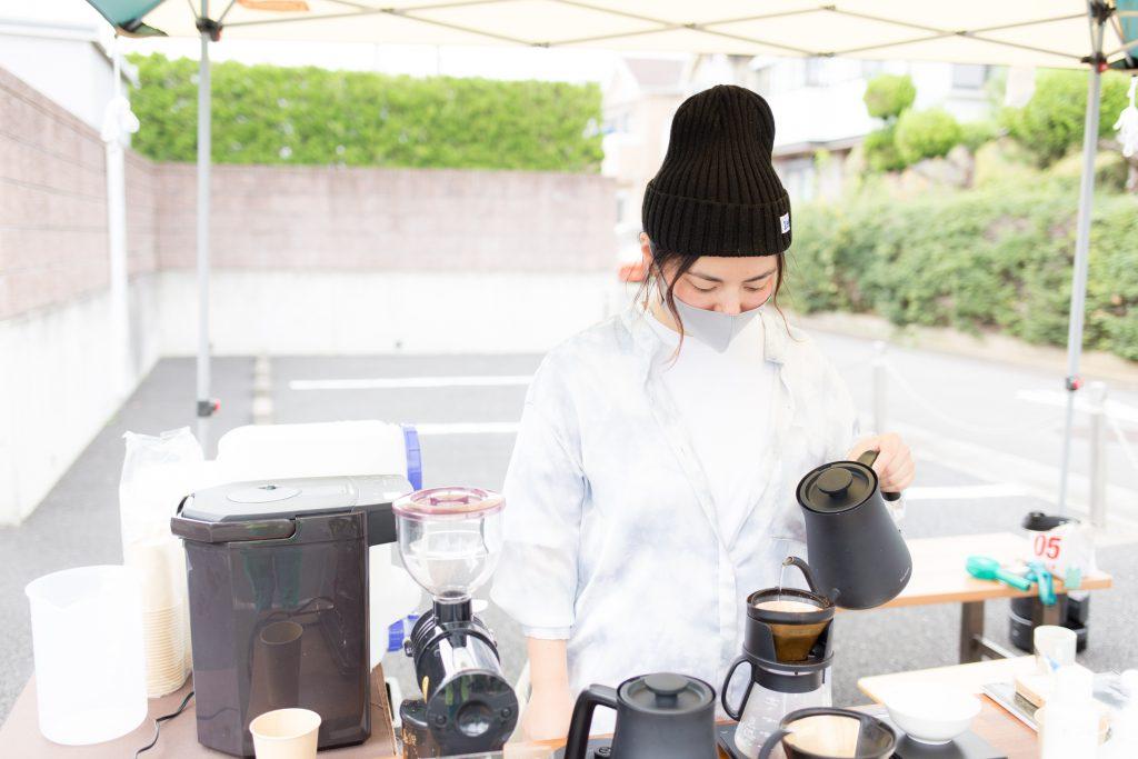 """「ゼンガクジ フリー コーヒースタンド」でコーヒーを淹れる""""ゆっち"""""""