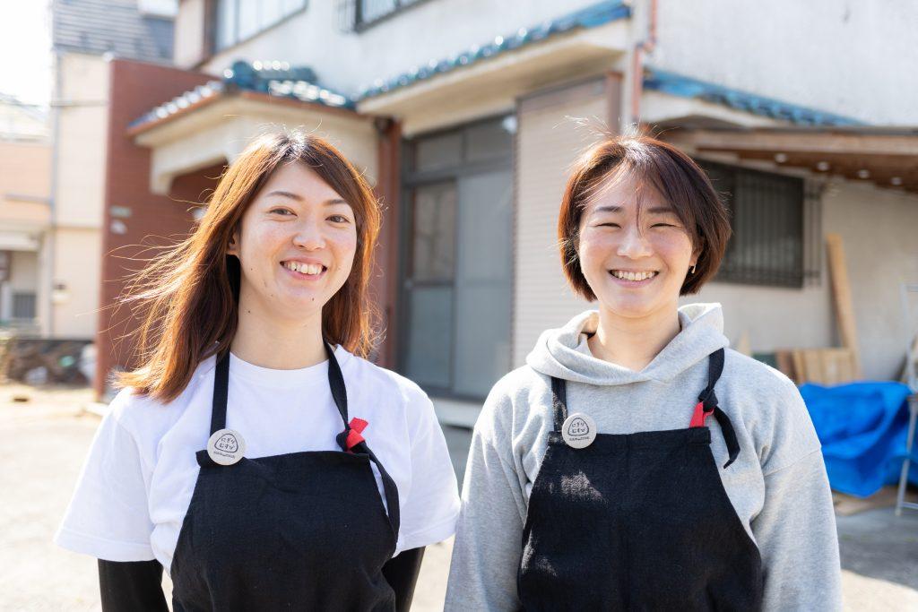 右が「にぎりむすび」女将の山本亜紀子さん、左が営業プランナーの川野礼さん