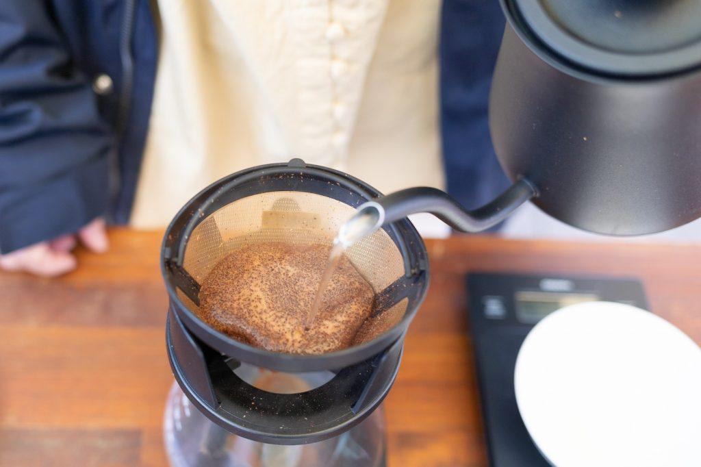 コーヒーを入れる様子