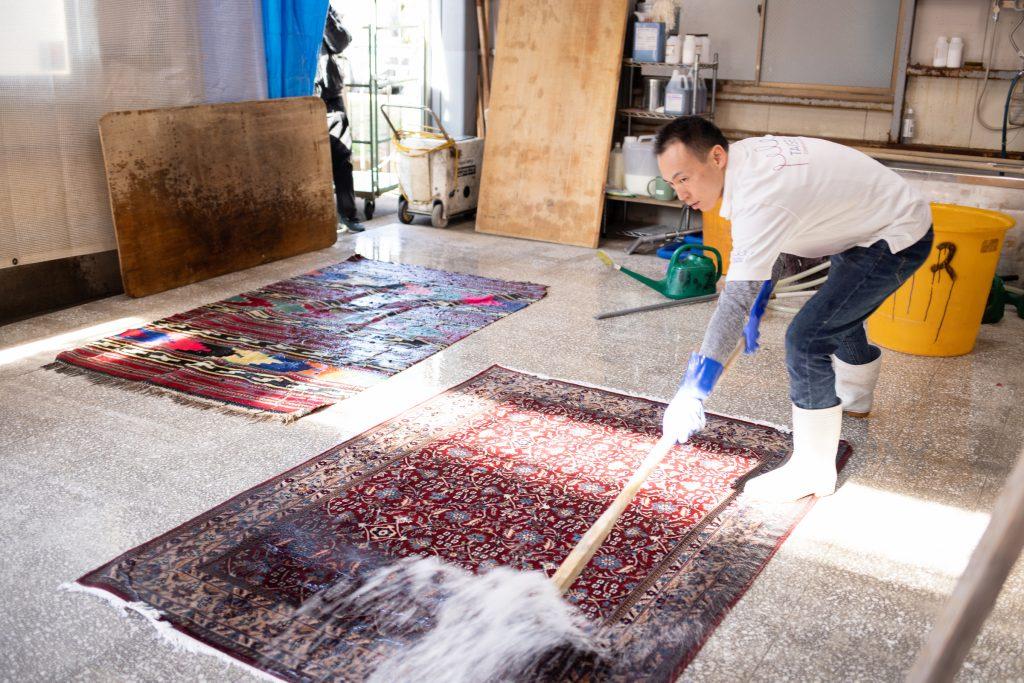 大成コーポレーションによる絨毯洗いの様子