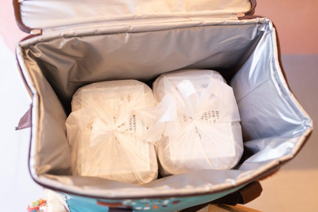 保冷バッグに入れられた「にぎりむすびギフト」のお弁当