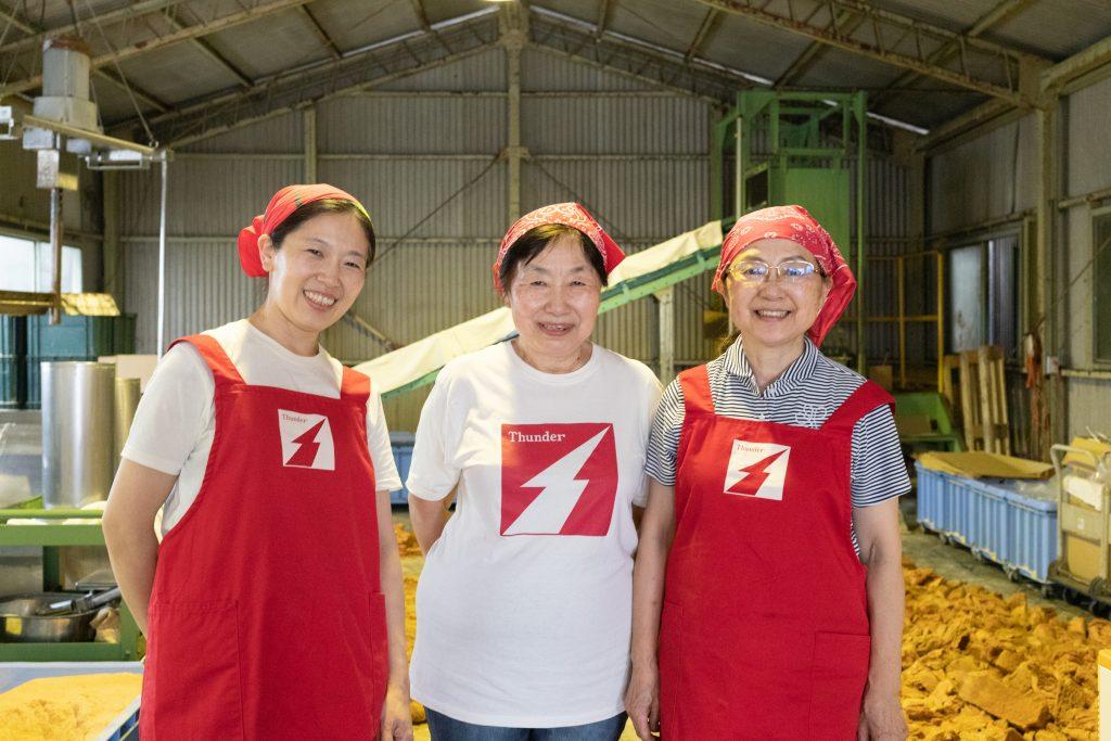 真ん中が社長の鈴木玲子さん。右が妹で役員の松原美子さん、左が娘で社員の戸塚朋子さん。川口市の工場にて