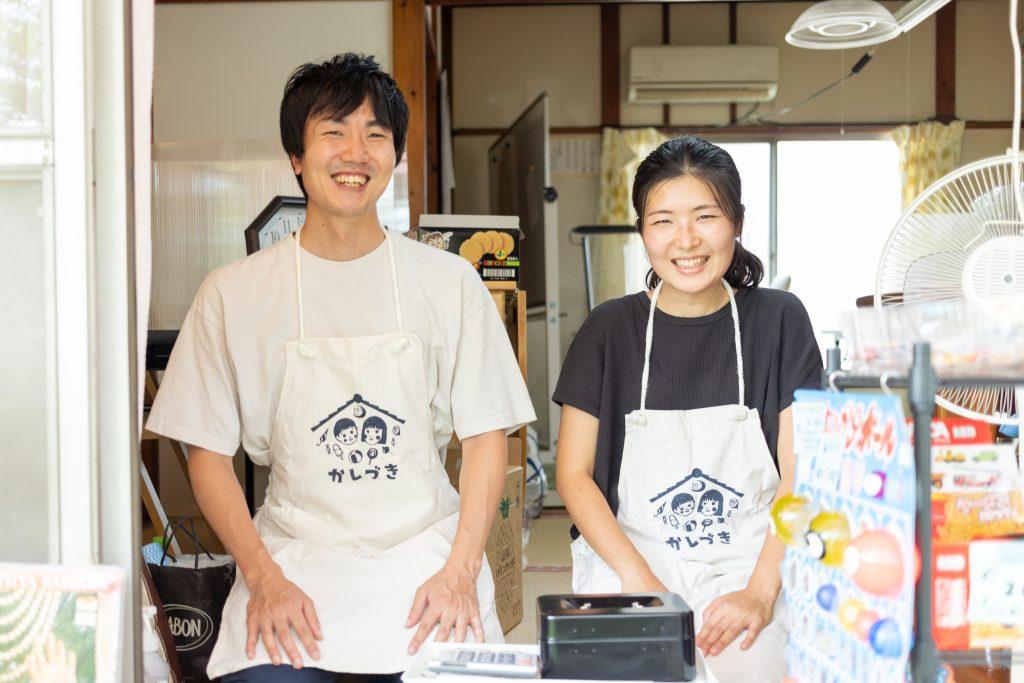「駄菓子屋 かしづき」店主の佐々木隆紘さん(左)と、女将の佐々木明日香さん(右)